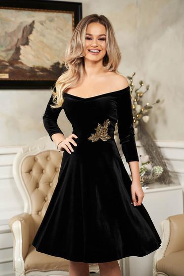 Fekete alkalmi StarShinerS deréktól bővülő szabású bársony ruha flitteres díszítéssel