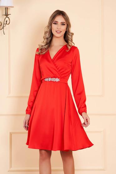 Piros StarShinerS alkalmi midi harang ruha muszlinból v-dekoltázzsal öv típusú kiegészítővel strasszos kiegészítővel ellátott hosszú ujjakkal
