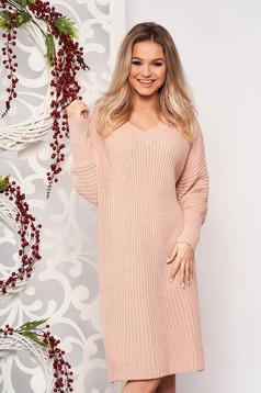 Púder rózsaszínű casual midi egyenes ruha kötött anyagból v-dekoltázzsal hosszú ujjakkal