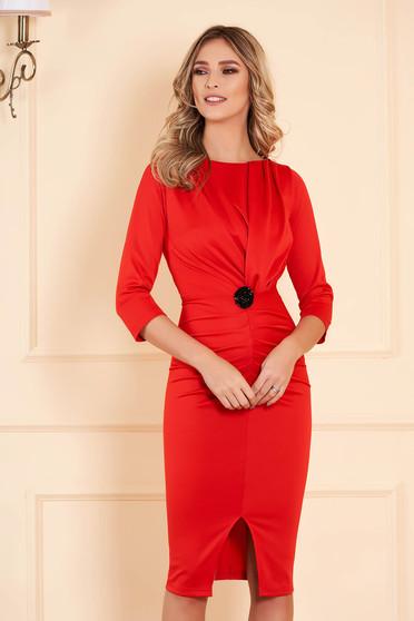 Piros alkalmi midi jersey ceruza ruha bross kiegészítővel háromnegyedes ujjakkal