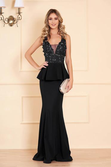 Fekete alkalmi sellő ruha ruha v-dekoltázzsal tűl kiegészítővel virágos hímzéssel peplummal