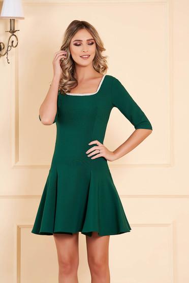 Zöld alkalmi deréktól bővülő szabású rövid ruha enyhén rugalmas szövetből háromnegyedes ujjakkal