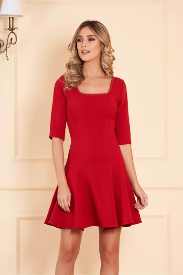 Piros alkalmi deréktól bővülő szabású rövid ruha enyhén rugalmas szövetből háromnegyedes ujjakkal