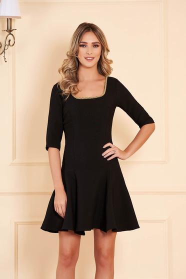 Fekete alkalmi deréktól bővülő szabású rövid ruha enyhén rugalmas szövetből háromnegyedes ujjakkal