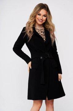 Fekete zsebes egyenes kabát béléssel övvel ellátva szövetből hosszú ujjakkal
