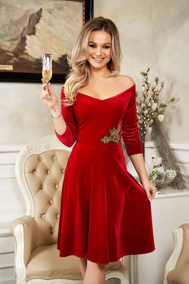 Piros alkalmi StarShinerS deréktól bővülő szabású bársony ruha flitteres díszítéssel