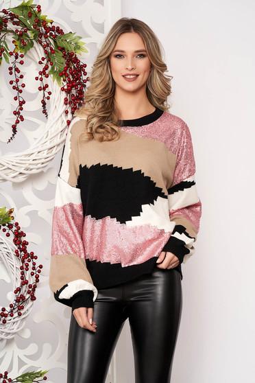 Világos rózsaszínű bő szabású rövid gyapjú pulóver hosszú ujjakkal flitteres díszítéssel