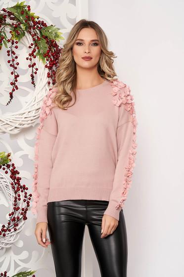 Púder rózsaszínű bő szabású rövid gyapjú pulóver gyöngy díszítéssel tűl kiegészítővel hosszú ujjakkal