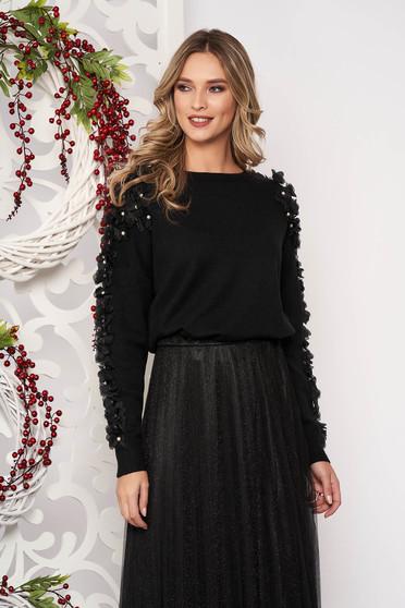 Fekete bő szabású rövid gyapjú pulóver gyöngy díszítéssel tűl kiegészítővel hosszú ujjakkal