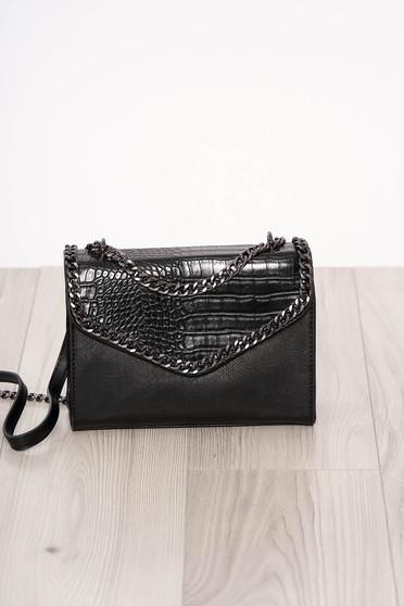 Fekete kígyóbőr utánzat szintetikus bőr táska hosszú, lánc jellegű akasztóval és cipzárral van ellátva