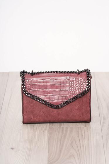 Pink kígyóbőr utánzat szintetikus bőr táska hosszú, lánc jellegű akasztóval és cipzárral van ellátva