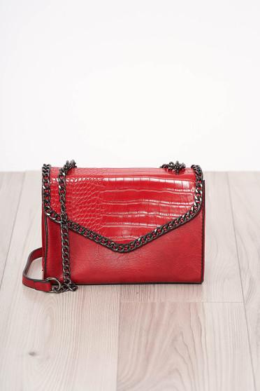 Piros kígyóbőr utánzat szintetikus bőr táska hosszú, lánc jellegű akasztóval és cipzárral van ellátva