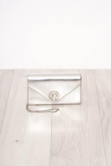 Ezüstszínű alkalmi szatén jellegű szintetikus bőr táska hosszú, lánc akasztóval