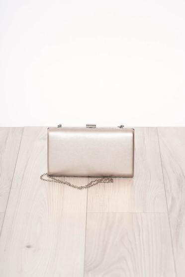 Ezüstszínű alkalmi szintetikus bőr táska hosszú, lánc jellegű akasztóval és csatokkal van ellátva