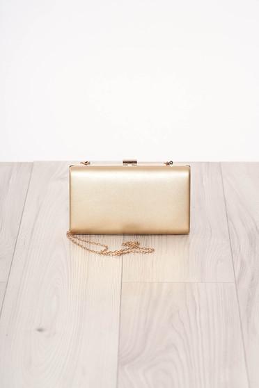 Aranyszínű alkalmi szintetikus bőr táska hosszú, lánc jellegű akasztóval és csatokkal van ellátva