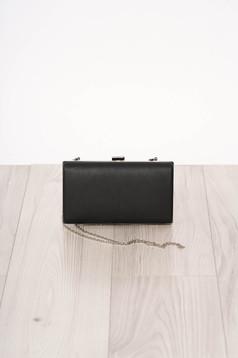 Fekete alkalmi szintetikus bőr táska hosszú, lánc jellegű akasztóval és csatokkal van ellátva