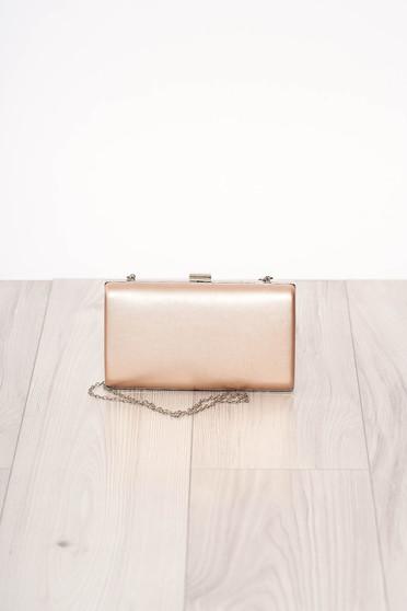 Púder rózsaszínű alkalmi szintetikus bőr táska hosszú, lánc jellegű akasztóval és csatokkal van ellátva