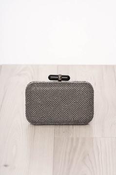 Fekete táska hosszú, lánc jellegű akasztóval gyöngyös díszítéssel és csatokkal van ellátva alkalmi