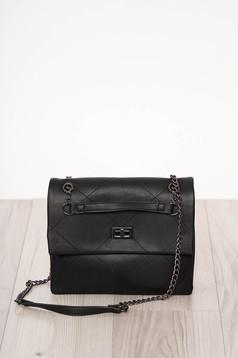 Fekete szintetikus bőr táska csatokkal hosszú, lánc jellegű akasztóval