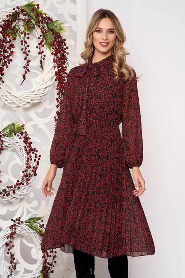 Deréktól bővülő szabású piros midi ruha hosszú ujjakkal muszlinból elasztikus csípővel kendő jellegű gallérral