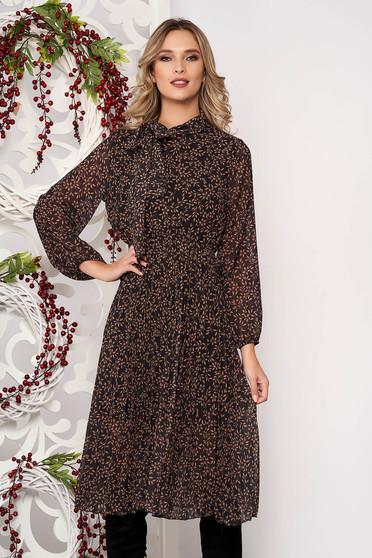 Deréktól bővülő szabású barna midi ruha hosszú ujjakkal muszlinból elasztikus csípővel kendő jellegű gallérral