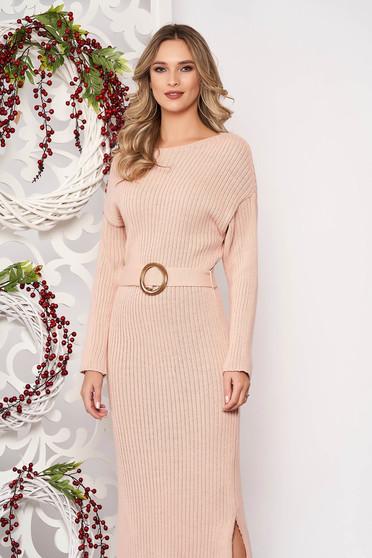 Púder rózsaszínű ruha kötött anyagból hosszú ujjakkal csattal és övvel ellátva
