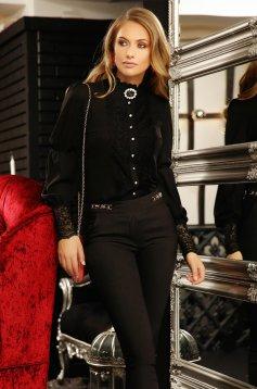 Fekete elegáns bő szabású női ing muszlinból csipke díszítéssel bross kiegészítővel