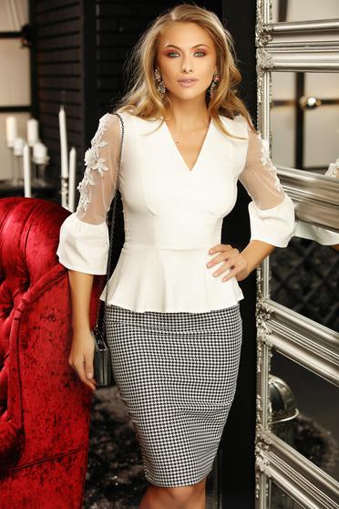 Fehér szűk szabású női ing tűl kiegészítővel csipke díszítéssel v-dekoltázzsal peplummal 3/4-es ujjakkal