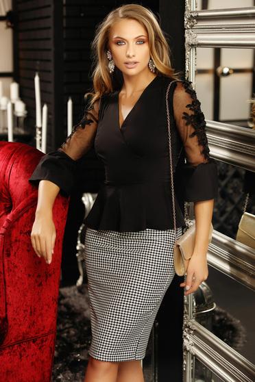 Fekete szűk szabású női ing tűl kiegészítővel csipke díszítéssel v-dekoltázzsal peplummal 3/4-es ujjakkal