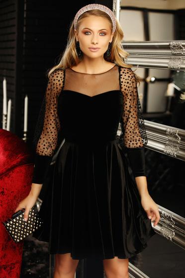 Fekete deréktól bővülő szabású bő ujjú bársony ruha gyöngy díszítéssel