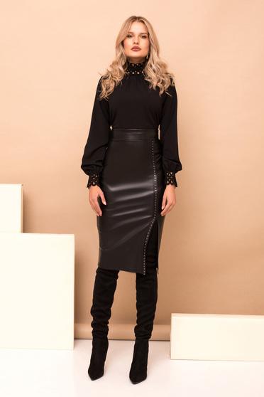 Fekete elegáns pamutból készült bő szabású rövid női blúz hímzett részekkel és magas gallérral