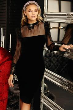 Fekete alkalmi midi magas nyakú ceruza ruha bársonyból bross kiegészítővel hosszú ujjakkal tűl kiegészítővel tollas csillogó kiegészítőkkel