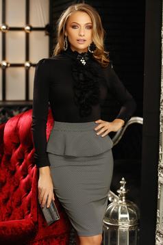 Fekete elegáns szűk szabású rövid pamutból készült fodros női ing bross kiegészítővel magas gallérral