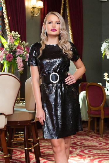 Fekete rövid alkalmi egyenes flitteres ruha öv típusú kiegészítővel