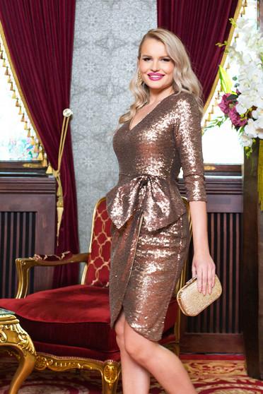 Aranyszínű alkalmi ruha v-dekoltázzsal háromnegyedes ujjakkal masni alakú kiegészítővel