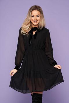 Fekete elegáns rövid gumírozott derekú harang ruha hosszú ujjakkal bársony panelekkel