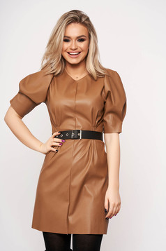 Barna elegáns ruha műbőrből pólónyakkal szintetikus bőr övvel