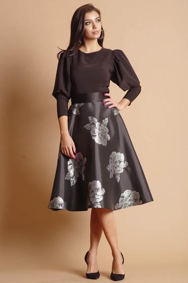 Ezüstszínű harang alkalmi virágmintás ruha virágos hímzéssel hosszú ujjakkal övvel ellátva