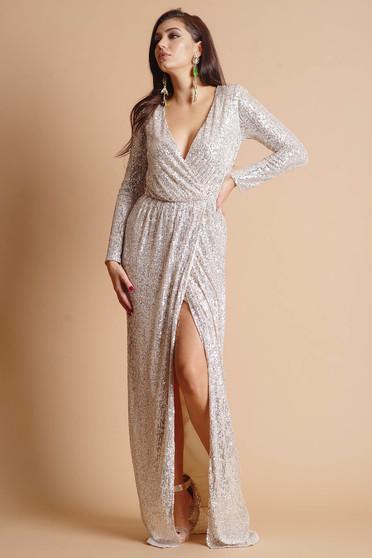 Ezüstszínű hosszú alkalmi dekoltált lábon sliccelt ruha eltávolítható övvel és hosszú ujjakkal