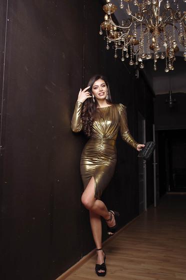 Aranyszínű alkalmi lábon sliccelt ceruza ruha hosszú ujjakkal ráncolt fényes anyagból