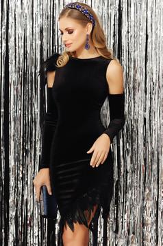 Fekete alkalmi aszimetrikus karcsusított szabású bársony ruha kivágott vállrésszel tollas díszítéssel