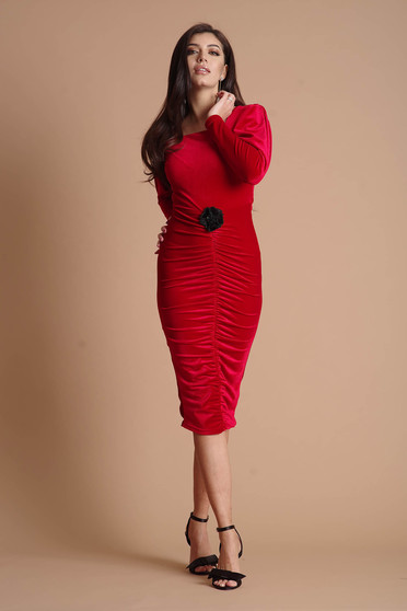 Piros bársony alkalmi ceruza ruha hosszú ujjakkal virág alakú kiegészítővel