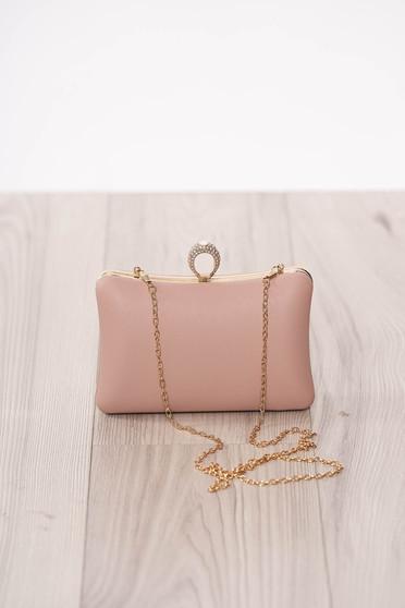 Púder rózsaszínű alkalmi táska műbőrből hosszú, lánc jellegű akasztóval és csatokkal van ellátva