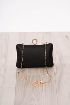 Fekete alkalmi táska műbőrből hosszú, lánc jellegű akasztóval és csatokkal van ellátva