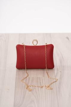 Piros alkalmi táska műbőrből hosszú, lánc jellegű akasztóval és csatokkal van ellátva