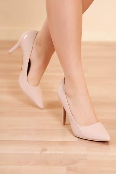 Bézs elegáns magassarkú cipő lakkozott műbőrből enyhén hegyes orral