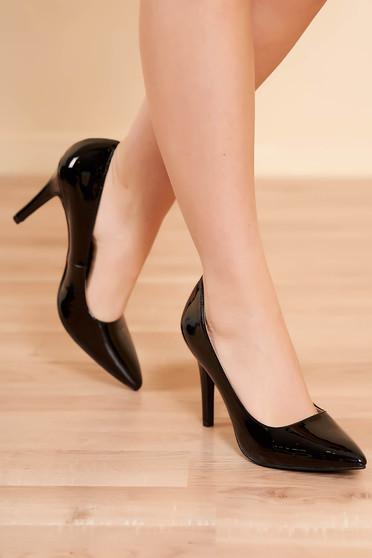 Fekete elegáns magassarkú cipő lakkozott műbőrből enyhén hegyes orral