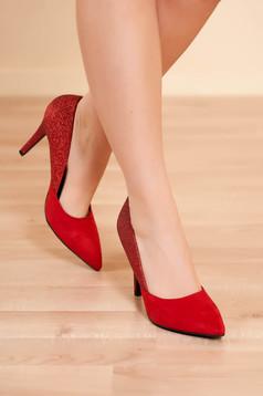 Piros elegáns magassarkú cipő műbőrből csillogó díszítésekkel