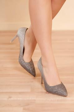 Ezüstszínű elegáns party magassarkú cipő enyhén hegyes orral csillogó díszítésekkel