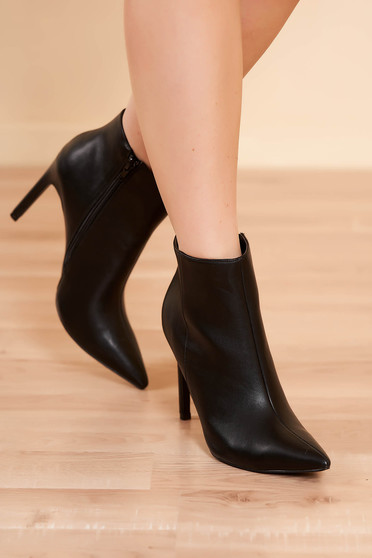 Fekete elegáns oldalt cipzárral zárható magassarkú bokacsizma műbőrből